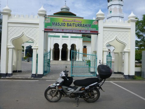 this mosque was by the beach in banda aceh... its survived